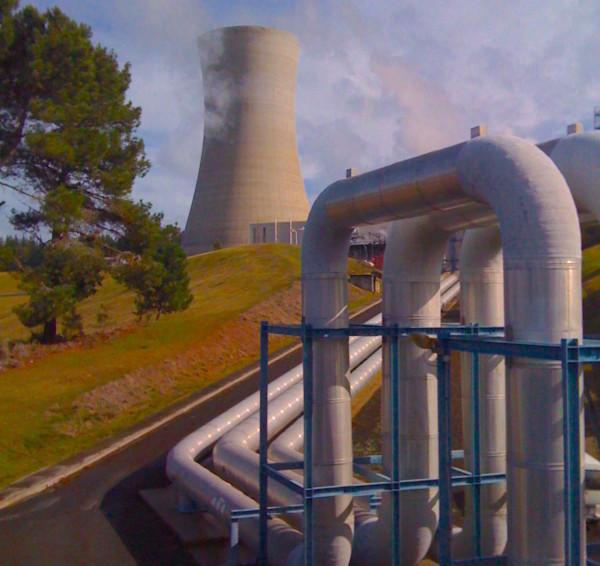 うちから車で2時間圏内に続々と建設されている地熱発電所のひとつ。周辺の水域や地下水脈に影響を与えないような構造とルールが徹底されている。