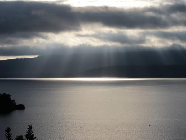 神秘的なニュージーランドの湖