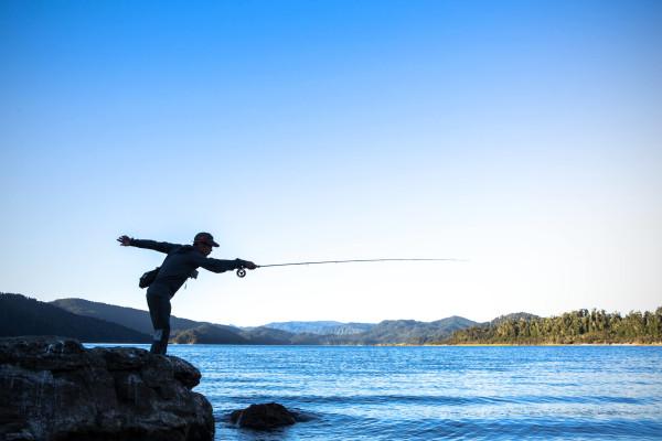 湖畔で釣りをする四角大輔