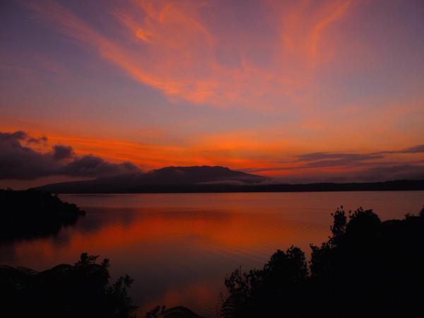湖畔の朝焼け。ニュージーランドの湖畔はいつも様々な表情で感動を運んでくれる。